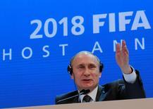 Владимир Путин на пресс-конференции после присуждения РФ права провести чемпионат мира по футболу в 2018 году. Фотография сделана 2 декабря 2010 года. REUTERS/Christian Hartmann