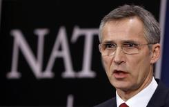 Генсек НАТО Йенс Столтенберг на пресс-конференции в Брюсселе. 5 февраля 2015 года. Россия не представляет непосредственной угрозы для стран НАТО, и военный альянс все еще надеется, что взаимоотношения с Москвой улучшатся, заявил в четверг Йенс Столтенберг. REUTERS/Francois Lenoir
