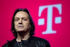 Le directeur général de T-Mobile US, John Legere. Dish Network a engagé des discussions en vue d'une fusion avec T-Mobile US, une opération qui marierait le deuxième opérateur de télévision par satellite et le numéro quatre de la téléphonie mobile aux Etats-Unis, a dit jeudi une source proche du dossier. /Photo prise le 18 mars 2015/REUTERS/Eduardo Munoz