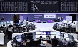 Operadores en sus puestos de trabajo en la bolsa de Fráncfort, 7 de mayo de 2015. Las bolsas europeas abrieron el viernes a la baja, poniendo a un índice regional clave en camino a su caída semanal más pronunciada en lo que va de año, después de que Grecia retrasó un pago de deuda clave y mientras reina la cautela antes de un dato de empleo en Estados Unidos. REUTERS/Remote/Staff