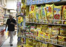 Pacotes de macarrão Maggi, da Nestlé, em mercado de Mumbai. 04/06/2015 REUTERS/Shailesh Andrade