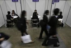 Personas buscando empleo asisten a una reunión con un consejero de carreras durante una feria de trabajo para recién graduados en Tokyo, 8 de marzo de 2015. El crecimiento de los negocios a nivel global trastabilló en mayo pero las compañías reclutaron personal al ritmo más acelerado en más de siete años, lo que sugiere que los empresarios son optimistas sobre el futuro, según mostró un sondeo. REUTERS/Yuya Shino
