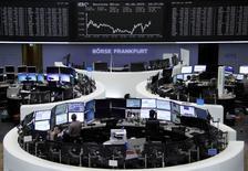 Les Bourses européennes ont clôturé en forte baisse vendredi, pénalisées par le dossier de la dette grecque toujours sans solution. A Paris, l'indice CAC 40 a lâché 1,33%. Sur la semaine, l'indice perd 1,74%. Londres a perdu 0,8%, Francfort 1,26% et Milan 2,1%. L'EuroStoxx 50 a lâché 1,21%. /Photo prise le 5 juin 2015/REUTERS