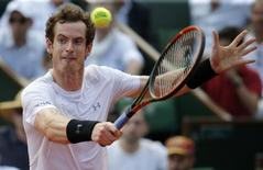 Andy Murray of Britain returns the ball to Novak Djokovic of Serbia during their men's semi-final match at the French Open tennis tournament at the Roland Garros stadium in Paris, France, June 5, 2015.      REUTERS/Vincent Kessler