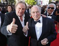 """Ator Gerard Depardieu (esquerda) e o presidente da Fifa, Joseph Blatter, no tapete vermelho do Festival de Cinema de Cannes para a exibição do filme """"United Passions"""" no ano passado. 18/05/2014. REUTERS/Yves Herman"""