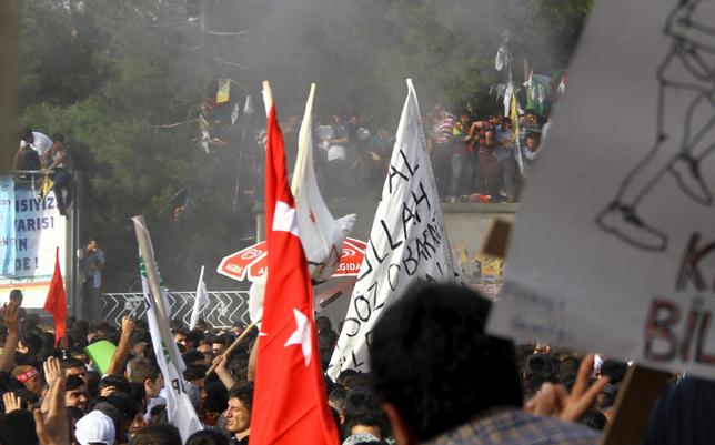 People react after an explosion during an election rally of pro-Kurdish Peoples' Democratic Party (HDP) in Diyarbakir, Turkey, June 5, 2015.  REUTERS/Sertac Kayar