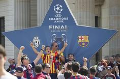 Barcelona soccer fans celebrate in front of the Brandenburg Gate in Berlin, Germany, June 6, 2015, ahead of the Champions League final soccer match between Juventus and Barcelona.    REUTERS/Axel Schmidt
