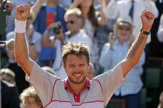 Stan Wawrinka of Switzerland celebrates after winning his men's singles final match against Novak Djokovic of Serbia during the French Open tennis tournament at the Roland Garros stadium in Paris, France, June 7, 2015.            REUTERS/Vincent Kessler