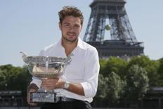 Stan Wawrinka posa com a taça de Roland Garros em frente à Torre Eiffel. 08/06/2015  REUTERS/Gonzalo Fuentes