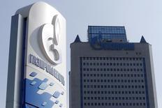 АЗС Газпромнефти у центрального офиса Газпрома в Москве. 12 сентября 2014 года. Газпром интересуется добывающими активами в Бразилии и может подать заявку на нефтегазовые блоки в октябре 2015 года, сказал Рейтер директор представительства концерна в Бразилии Шакарбек Осмонов. REUTERS/Sergei Karpukhin