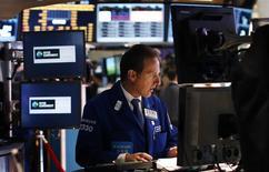 Трейдер на торгах Нью-Йоркской фондовой биржи 20 мая 2013 года. Фондовые рынки США снизились в понедельник, поскольку инвесторы беспокоятся за Грецию и ожидают в сентябре первого почти за 10 лет повышения процентных ставок ФРС. REUTERS/Mike Segar
