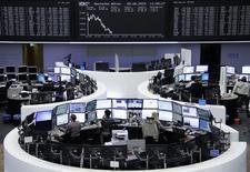 Les principales Bourses européennes poursuivent mardi leur mouvement de baisse à mi-séance et Wall Street devrait aussi continuer à se replier à l'ouverture, la perspective d'un relèvement des taux d'intérêt dès le mois de septembre aux Etats-Unis pesant sur les grandes places mondiales. À Paris, le CAC 40 perd 0,88% (42,92 points) à 4.814,74 points vers 10h25 GMT. À Francfort, le Dax cède 1,38%. A Londres, le FTSE se replie de 0,50%. /Photo prise le 9 juin 2015/REUTERS