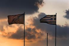 Una bandera de la Unión Europea junto a una bandera de Grecia, ondean sobre el Ministerio de Finanzas durante la puesta de sol, en Atenas, Grecia, 5 de junio de 2015. La nueva propuesta de reforma que Grecia presentó el martes a las instituciones que representan a sus acreedores no es suficiente para sellar un acuerdo que pueda desbloquear fondos para la agobiada Atenas, dijeron funcionarios de la Unión Europea. REUTERS/Yannis Behrakis