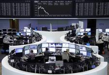 Operadores trabajando en la Bolsa de Fráncfort, Alemania, 9 de junio de 2015. Las bolsas europeas caían el martes y extendían una racha reciente de pérdidas, en línea con el descenso del mercado estadounidense, mientras que HSBC exhibía un desempeño levemente inferior después de anunciar un drástico plan de reestructuración. REUTERS/Stringer