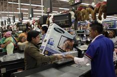 Un cliente paga por mercadería en una tienda Wal-Mart en Ciudad de México, 17 de noviembre de 2011.El índice de precios al consumidor de México a tasa anual se ubicó en mayo en su menor nivel histórico, en medio de débiles presiones por el lado de la demanda ante el modesto ritmo de crecimiento que muestra la segunda economía de América Latina. REUTERS/Henry Romero
