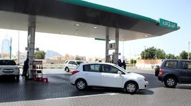 Unos vehículos en la fila de ingreso a una gasolinera en Dubái, jun 11 2012. El aumento en la producción de crudo en Arabia Saudita en los últimos tres meses se debió a una mayor demanda global y a las necesidades de los clientes, y no fue diseñado para compensar una caída en los precios, señaló el martes el Ministerio de Petróleo del país miembro de la OPEP.   REUTERS/Ghazal Watfa