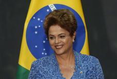 Imagen de archivo de la presidenta brasileña, Dilma Rousseff, en una rueda de prensa en el Palacio Nacional de Ciudad de México, mayo 26 2015. La presidenta brasileña, Dilma Rousseff, dio a conocer el martes un programa de concesiones que busca atraer 198.400 millones de reales (64.000 millones de dólares) de inversión privada para modernizar y operar carreteras, ferrocarriles, aeropuertos y muelles portuarios en Brasil. REUTERS/Edgard Garrido