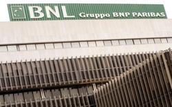 Le président et l'administrateur délégué de BNL, filiale italienne de BNP Paribas, seront renvoyés en correctionnelle pour fraude dans un dossier portant sur la vente de produits dérivés financiers par la banque. /Photo d'archives/REUTERS/Alessandro Bianchi