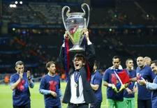 Football - FC Barcelona v Juventus - UEFA Champions League Final - Olympiastadion, Berlin, Germany - 6/6/15. Barcelona coach Luis Enrique celebrates with the trophy after winning the UEFA Champions League. Reuters / Darren Staples