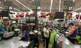 Personas en la fila de compras en una tienda Wal-Mart, en Ciudad de México, 17 de noviembre de 2011. La Asociación Nacional de Tiendas de Autoservicio y Departamentales (ANTAD) de México dijo el martes que las ventas comparables de sus socios subieron un 7.4 por ciento interanual en mayo, su mayor expansión en el año, apoyadas por un calendario positivo y un mejor consumo. REUTERS/Henry Romero