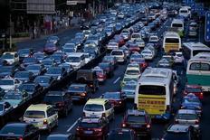 Heure de pointe à Shanghai. Le marché automobile s'est contracté de 0,4% sur un an en mai en Chine, à 1,9 million de véhicules vendus /Photo d'archives/REUTERS/Aly Song