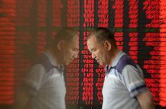 Инвестор в брокерской конторе в городе Тайюань в китайской провинции Шаньси. 27 мая 2015 года. Американский индексный провайдер MSCI Inc отложил решение о включении китайских акций, номинированных в юанях, в индекс развивающихся рынков, мотивируя решение тем, что Китаю необходимо принять дополнительные меры для либерализации рынков капитала. REUTERS/Jon Woo