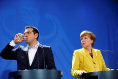 Angela Merkel y Alexis Tsipras durante una conferencia de prensa, en Berlín, el 23 de marzo de 2015. Grecia y sus acreedores internacionales mantenían sus profundas diferencias el miércoles, mientras los líderes de Alemania y Francia demoraban una esperada reunión con el primer ministro griego, Alexis Tsipras, en un intento por presionar para que Atenas haga más concesiones a fin de sellar un acuerdo de deuda. REUTERS/Hannibal Hanschke