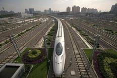 Train à grande vitesse à Pékin. L'organisme chargé de la planification en Chine a accordé son feu vert à une série de projets d'infrastructures de transport pour un montant total dépassant 120 milliards de yuans (environ 17,1 milliards d'euros), alors que Pékin cherche à éviter un ralentissement brutal de l'économie chinoise. /Photo d'archives/REUTERS/Jason Lee
