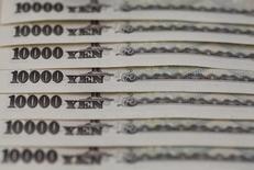 Купюры валюты иена в Токио 28 февраля 2013 года. Курс иены снижается после роста накануне, а новозеландский доллар упал за счет неожиданного снижения процентных ставок. REUTERS/Shohei Miyano