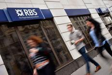 Unas personas pasan delante de una sucursal del Royal Bank of Scotland (RBS) en el centro de Londres, 27 de agosto de 2014. Las acciones del Royal Bank of Scotland (RBS) subían el jueves, después de que el ministro de Finanzas de Gran Bretaña, George Osborne, dijo que el Gobierno comenzaría a vender su participación de 32.000 millones de libras esterlinas (49.000 millones de dólares) en el banco. REUTERS/Toby Melville/Files