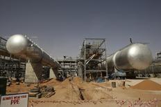 Una vista de los campos de petróleo de Khurais, cerca de Riyadh, 23 de junio de 2008. Arabia Saudita está preparada para elevar su producción de petróleo a un nuevo récord en los próximos meses a fin de satisfacer el aumento en la demanda global, pese a un creciente consumo doméstico, dijo el jueves un alto funcionario en una petrolera estatal. REUTERS/Ali Jarekji