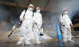 Trabajadores con trajes protectores desinfectan el piso de una estación de metro en Seúl, 11 de junio de 2015. El banco central de Corea del Sur redujo el jueves las tasas de interés a un mínimo histórico en momentos en que las autoridades luchan por limitar el daño económico causado por un brote del Síndrome Respiratorio de Oriente Medio (MERS, por sus siglas en inglés). REUTERS/Kim Do-hoon/Yonhap