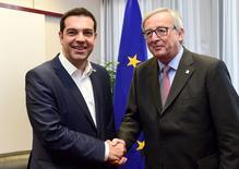 El primer ministro de Grecia, Alexis Tsipras (a la izquierda en la imagen), y el presidente de la Comisión Europea, Jean-Claude Juncker, en una reunión en Bruselas, jun 11 2015. El primer ministro de Grecia, Alexis Tsipras, y el presidente de la Comisión Europea, Jean-Claude Juncker, sostuvieron conversaciones el jueves en Bruselas sobre la crisis de deuda y dijeron que las negociaciones continuarían.   REUTERS/Emmanuel Dunand/Pool