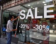 Una tienda ofreciendo artículos con descuento en Buenos Aires, dic 15 2008. Los precios minoristas de Argentina habrían avanzado un 1,0 por ciento en promedio para el quinto mes del año, liderados por el rubro de indumentaria, según un sondeo de Reuters publicado el jueves.  REUTERS/Enrique Marcarian