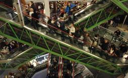 La confiance du consommateur américain s'est améliorée plus qu'attendu en juin, selon les résultats en première estimation de l'enquête mensuelle de l'université du Michigan. L'indice de confiance calculé dans le cadre de cette enquête s'est établi à 94,6 après 90,7 en mai. /Photo d'archives/REUTERS/Kacper Pempel