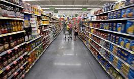 Una familia compra en un supermercado Wal-Mart, en Bentonville, Arkansas, 4 de junio de 2015. La confianza del consumidor de Estados Unidos subió más de lo previsto en junio, mostró un sondeo divulgado del viernes. REUTERS/Rick Wilking