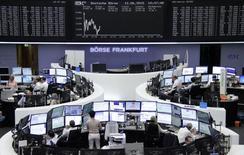 Operadores trabajando en la Bolsa de Fráncfort, Alemania, 12 de junio de 2015. Las acciones europeas cayeron el viernes, luego de que sus ganancias de toda la semana desaparecieran por el nerviosismo de los inversores ante la falta de un acuerdo entre Grecia y sus acreedores internacionales. REUTERS/Remote/Pawel Kopczynski
