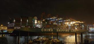 Dans le port de Hambourg, en Allemagne. L'excédent commercial a atteint 24,9 milliards d'euros en avril, soit 10 milliards de plus que lors du même mois de 2014, à la faveur d'une hausse des exportations nettement supérieure à celle des importations. Les exportations ont ainsi augmenté de 9% d'une année sur l'autre en avril, à 173,6 milliards d'euros tandis que les importations ont progressé de 3%, à 148,7 milliards. /Photo prise le 13 janvier 2015/REUTERS/Morris Mac Matzen