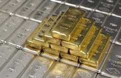 Слитки золота и серебра на заводе 'Oegussa' в Вене. 26 августа 2011 года. Цены на золото снижаются за счет укрепления доллара после провала переговоров Греции с кредиторами. REUTERS/Lisi Niesner
