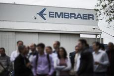 Funcionários em frente sede da Embraer em São José dos Campos.    22/10/2014    REUTERS/Roosevelt Cassio