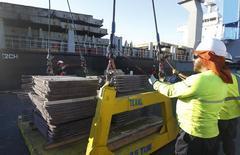 Unos trabajadores revisan un cargamento de cobre de exportación en el puerto de Valparaíso, Chile, 25 de enero de 2015. El cobre tocó mínimos de tres meses el lunes luego de que fracasaran las negociaciones para evitar una moratoria en el pago de la deuda griega, lo que impulsaba al dólar, mientras que una desaceleración estacional en la demanda en el mayor consumidor del metal, China, afectaba la confianza. REUTERS/Rodrigo Garrido