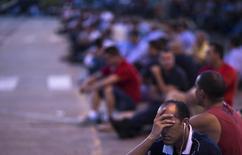 Trabalhador da GM em assembleia por layoff, no começo do ano, em São José dos Campos. 23/02/2015 REUTERS/Roosevelt Cassio