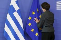 Mulher arrumando bandeiras da Grécia e União Europeia durante evento em Bruxelas.  03/06/2015    REUTERS/Francois Lenoir