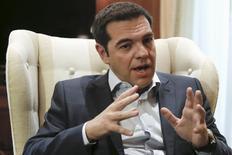 El primer ministro griego, Alexis Tsipras, hace un gesto durante una reunión con el líder del partido de centro-izquierda To Potami, en Atenas, 16 de junio de 2015. El primer ministro griego, Alexis Tsipras, dijo el martes que Atenas está buscando un acuerdo viable y a largo plazo que saque al país de la crisis económica, pero enfrenta un estancamiento con sus acreedores por la reestructuración de la deuda. REUTERS/Alkis Konstantinidis