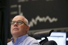 Un operador mira su pantalla frente al tablero DAX en la Bolsa de Fráncfort, Alemania, 16 de junio de 2015. Las bolsas europeas caían el martes por tercera sesión consecutiva por la inquietud de los inversores ante la falta de avances en las negociaciones entre Grecia y sus acreedores. REUTERS/Ralph Orlowski