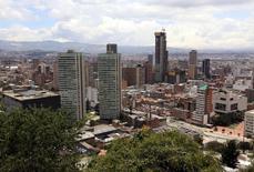 Vista general de la ciudad de Bogotá, Colombia, 7 de abril de 2015. La inversión extranjera neta que recibió Colombia entre enero y mayo se contrajo un 33,9 por ciento frente a igual lapso del año pasado debido a un menor apetito por portafolios de activos locales, así como una reducción en el sector petrolero y minero, revelaron el martes cifras preliminares del Banco Central. REUTERS/Jose Miguel Gomez