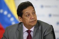 El ministro de Petróleo de Venezuela, Asdrúbal Chávez, en una rueda de prensa en Caracas, mar 9 2015. El ministro de Petróleo de Venezuela, Asdrúbal Chávez, pronosticó el martes que los precios del crudo se recuperarán a fines de año, tras el desplome que comenzó a mediados de 2014. REUTERS/Carlos Garcia Rawlins