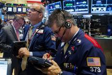 Трейдеры на торгах Нью-Йоркской фондовой биржи 16 июня 2015 года. Фондовые рынки США выросли во вторник за счет сделок между компаниями. REUTERS/Lucas Jackson
