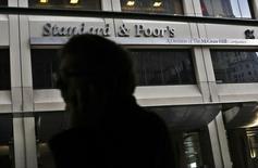 Un hombre camina junto al edificio de Standard and Poor's (S&P), en el distrito financiero de Nueva York, 5 de febrero de 2013. La agencia Standard & Poor's mejoró el martes su panorama para la deuda crediticia soberana de Paraguay a positivo desde estable, señalando la resiliencia del país a las tendencias económicas negativas de la región REUTERS/Brendan McDermid