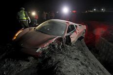 Ferrari vermelha de Arturo Vidal após acidente ao sul de Santiago.  16/06/2015 REUTERS/Felipe Fredes/Agencia Uno
